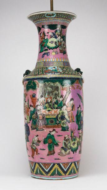 CHINE. Vase en porcelaine polychrome à décor...