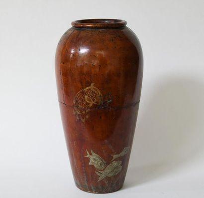 Chine du Sud. Vase en bois laqué à décor...