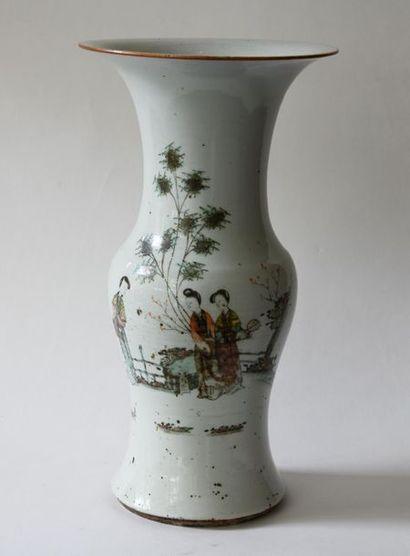Chine XXe. Vase balustre en porcelaine à...