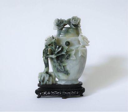 Chine XXe. Vase couvert en jade blanc moucheté...