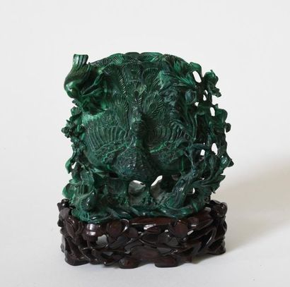Chine XXe. Vase soliflore en malachite sculptée...