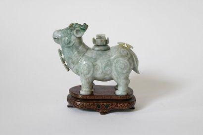 Chine XXe. Urne miniature en forme de bélier,...