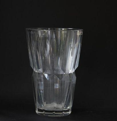 SAINT-LOUIS. Important vase en cristal taillé Marqué au tampon sous la base. H...