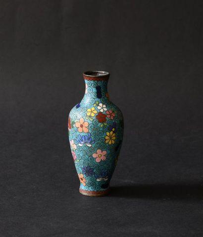 Chine XXe. Petit vase en cuivre et émaux...