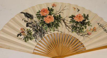 Chine XXe. Grand éventail à l'encre et couleur...