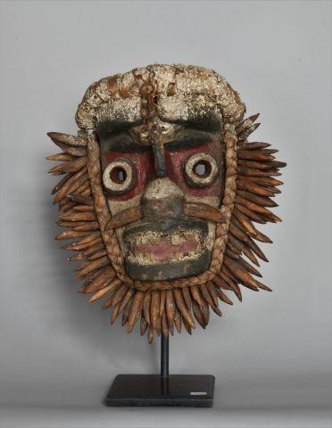 COTE D'IVOIRE  Masque en bois, os, Tissu,...