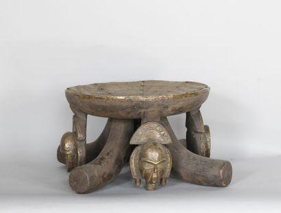 GABON  Tabouret en bois, cuivre et cloutage...