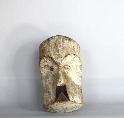 GABON  Masque en bois sculpté polychrome....