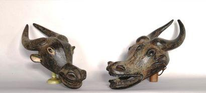 CAMEROUN  Deux masques buffle en bois sculpté...