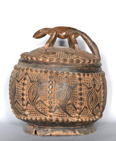 CAMEROUN  Boîte à victuailles en bois sculpté...