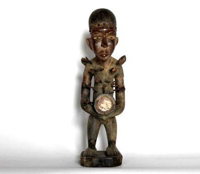 CONGO  Statue en bois sculpté, fer et clous...