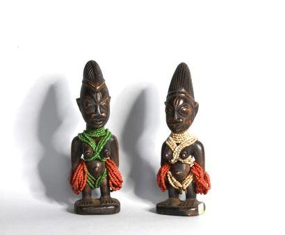 NIGERIA  Paire de statuettes en bois sculpté...