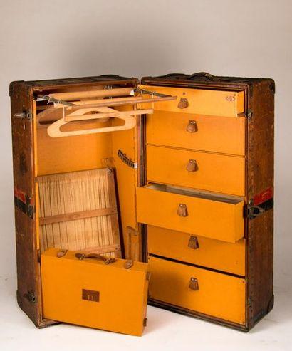 Malle-cabine ou wardrobe VUITTON en cuir...