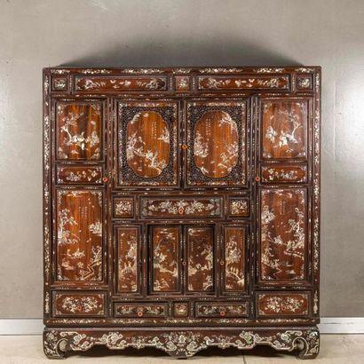 INDOCHINE. Cabinet en bois exotique ajouré...