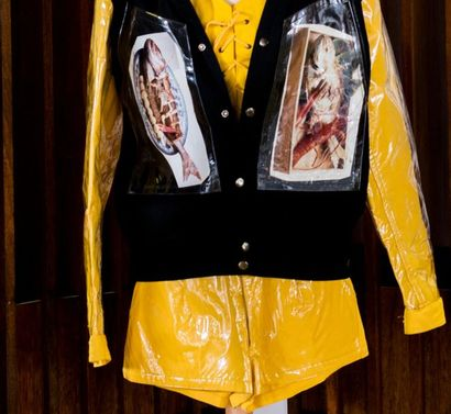 YAMAMOTO KANSAI, circa 1990. Ensemble trois pièces jaune en ciré et toile composé...