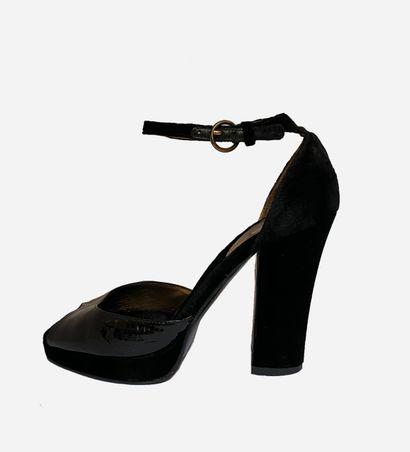 MIU MIU. Sandales en velours noir et cuir...