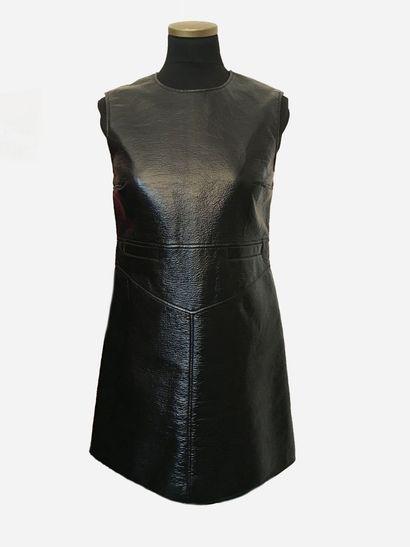 COURREGES. Petite robe noire en vinyle, sans...