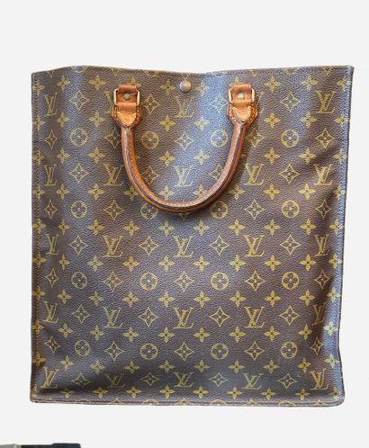 LOUIS VUITTON. Flat bag in Monogram canvas...