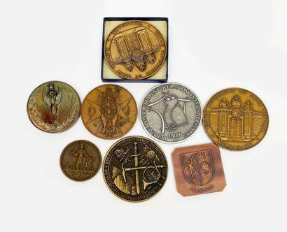 Lot de huit médailles commémoratives et médailles...