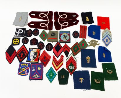 Fort lot d'insignes et grades en tissus dont...