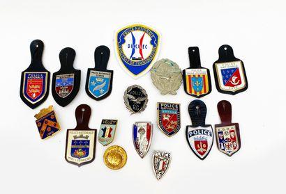 Lot de 17 insignes obsolètes police