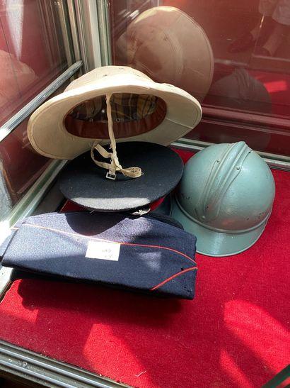 Une coque de casque Adrian, un casque colonial,...
