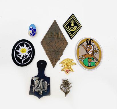 Lot d'insignes et souvenirs de troupes de...