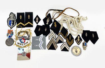 Lot d'insignes et souvenirs de la gendarmerie...