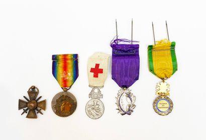 Une suite de cinq médailles de poilus avec...