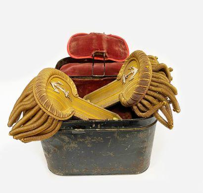 Très belle boite en fer marine anglaise avec...
