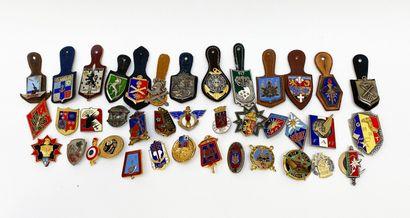 Fort lot de 39 insignes dont parachutiste,...