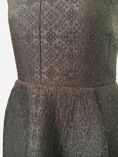 CELINE. Robe en laine (60%) damassée de couleur bleu nuit. Col rond, ceinturée,...