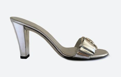 GUCCI. Sandales mules en cuir argenté miroir,...