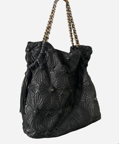 CHANEL. Grand sac cabas en cuir noir matelassé,...
