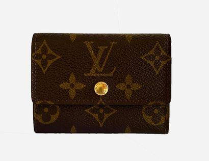 LOUIS VUITTON. Porte monnaie en toile Monogram,...