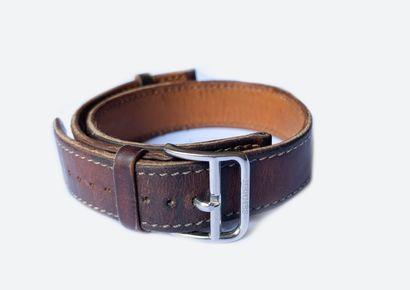 HERMES. Bracelet de montre en cuir marron...