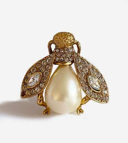 CHRISTIAN DIOR. Broche en métal doré figurant une abeille composée de pierres blanches...