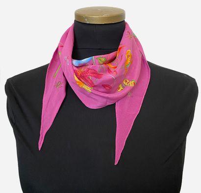 GUCCI. Petit foulard en soie à motifs floraux,...