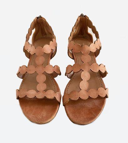 ALAÏA. Sandales plates en suédine en cuir...