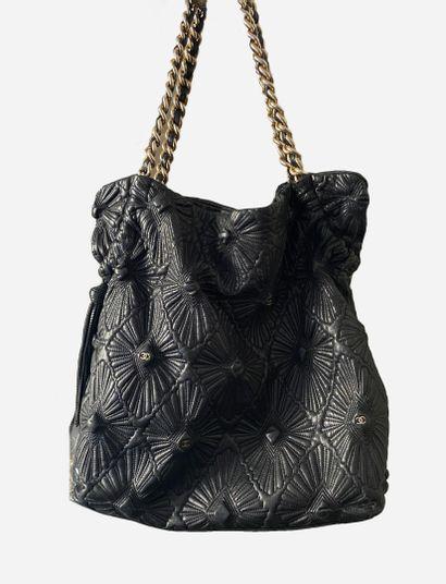 CHANEL. Grand sac cabas en cuir noir matelassé, surpiqures figurant des losanges...