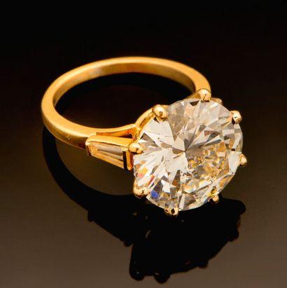 Bague solitaire en or jaune centrée d'un...