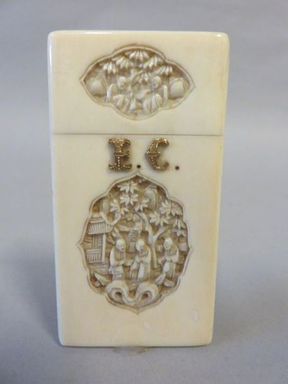 Ivory card case in round hump with chinese...