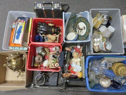 Huit manettes de poupées, verrerie, faïences,...
