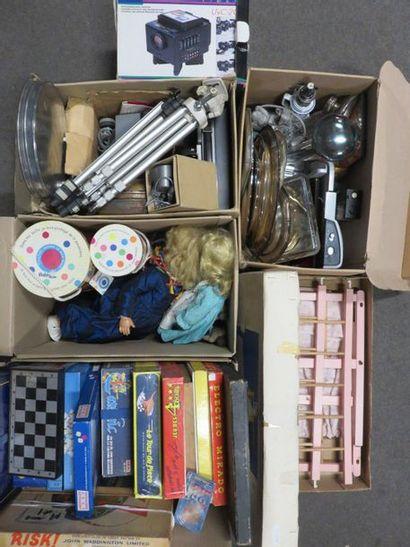 Cinq manettes de poupées, jeux, lit de poupée,...