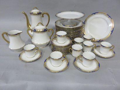 Deux manettes de porcelaine de Limoges blanche...