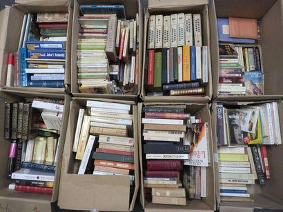 Huit manettes de livres.