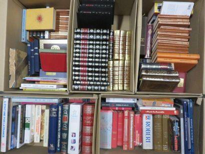 Cinq manettes de livres.