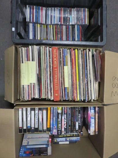 Trois manettes de cassettes, DVD, disques...