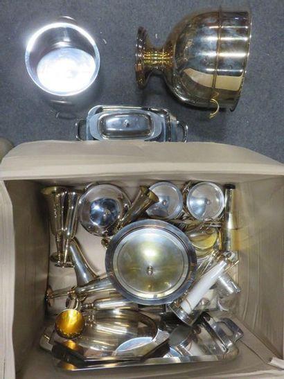 Manette de métal argenté, plats, écuelles,...