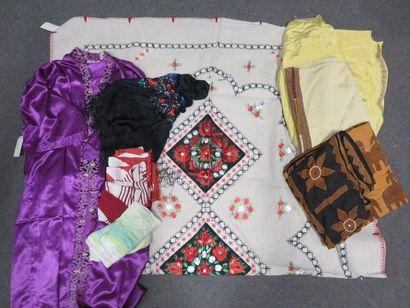 Manette de nappe, robe asiatique, châle,...